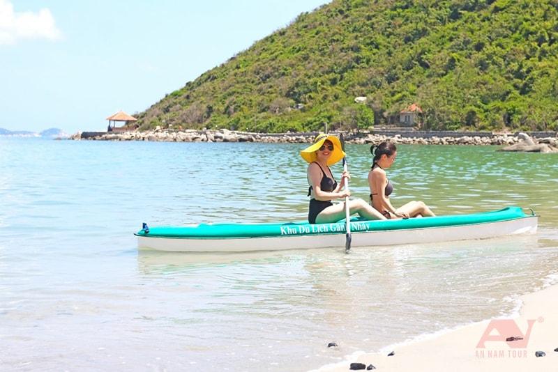 Cắm trại Nha Trang chèo thuyền kayak ở Gành Nhảy