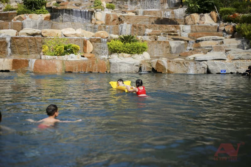 hồ bơi vô cực Hòn Tằm với nhiều mức độ sâu khác nhau