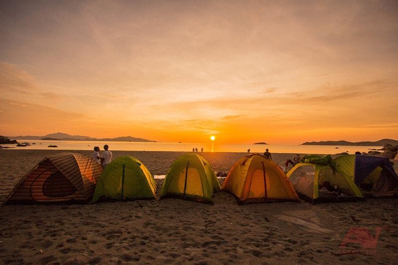 Cắm trại bên bờ biển