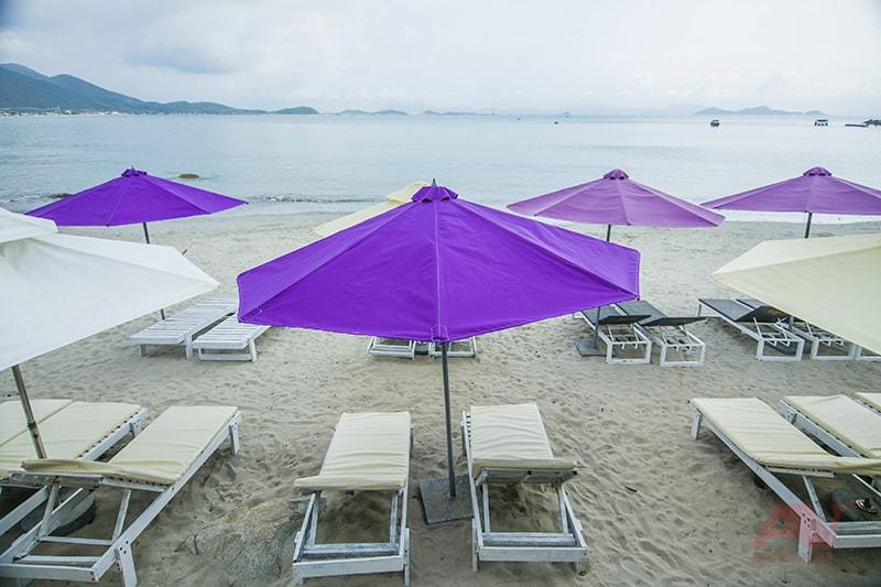 Ghế, giường, dù trên bãi biển