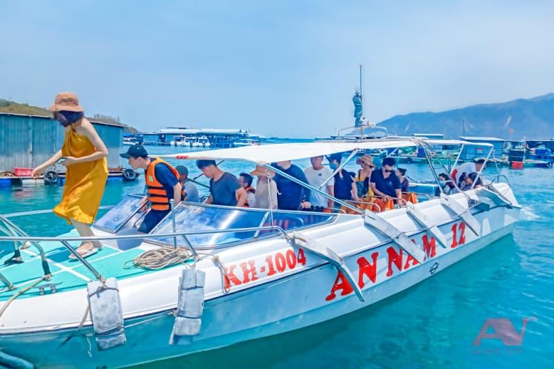 Cano đưa khách đi đến đảo