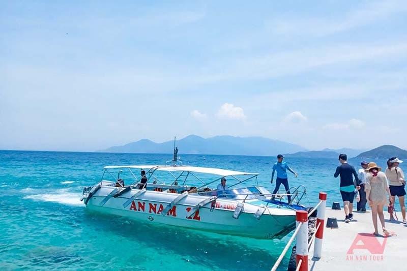 Cano chở khách đến đảo Hòn Mun