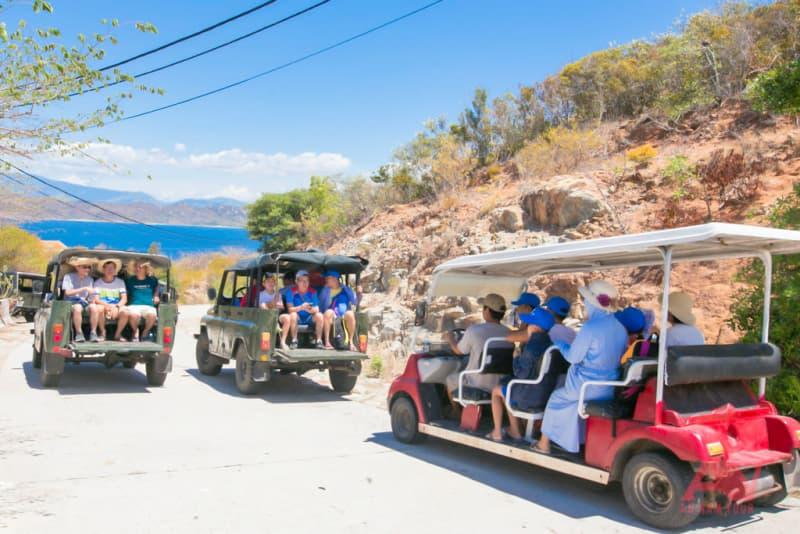 Di chuyển tham quan đảo bằng xe jeep