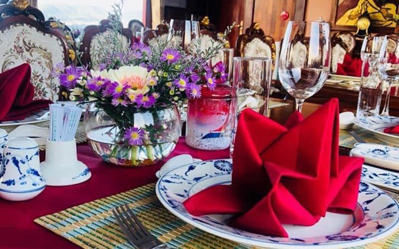 Set-up bàn dùng bữa trên du thuyền