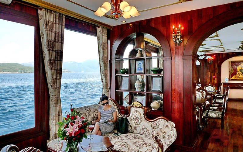 Nội thất bên trong du thuyền Emperor