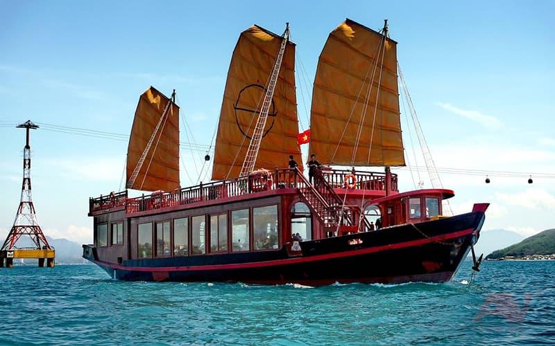 Toàn cảnh du thuyền Emperor buổi sáng