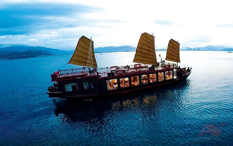 Du thuyền Emperor trên biển
