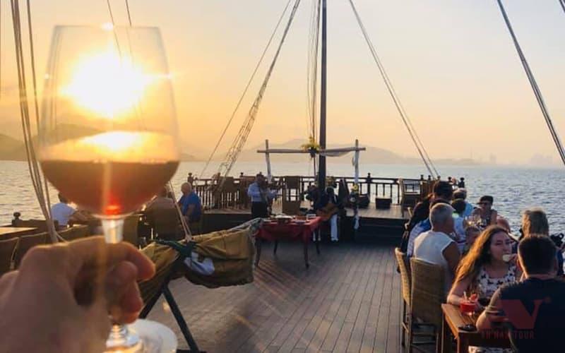 Ngắm hoàng hôn trên vịnh Nha Trang từ du thuyền