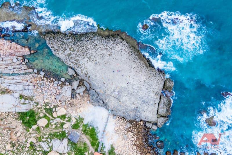 Thềm san hô tại Hang Rái nhìn từ trên cao