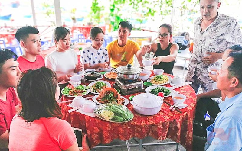 Dùng bữa trưa sau khi lặn biển Hòn Mun