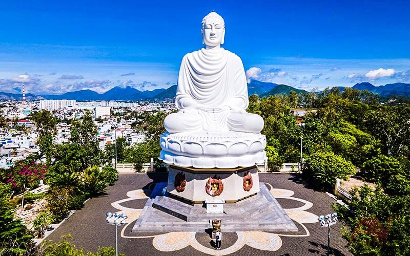 Tượng Phật Trắng tại chùa Long Sơn