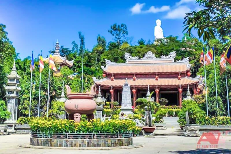 Khuôn viên chùa Long Sơn